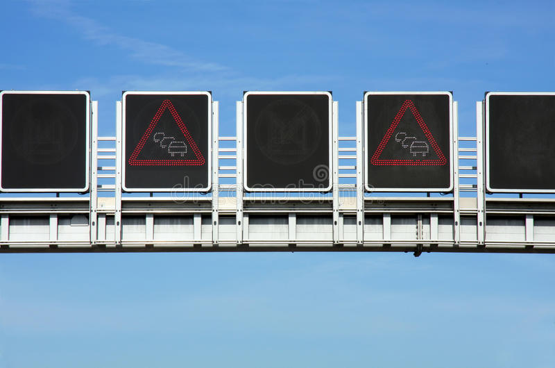 Embouteillage de panneau routier sur la route photo stock