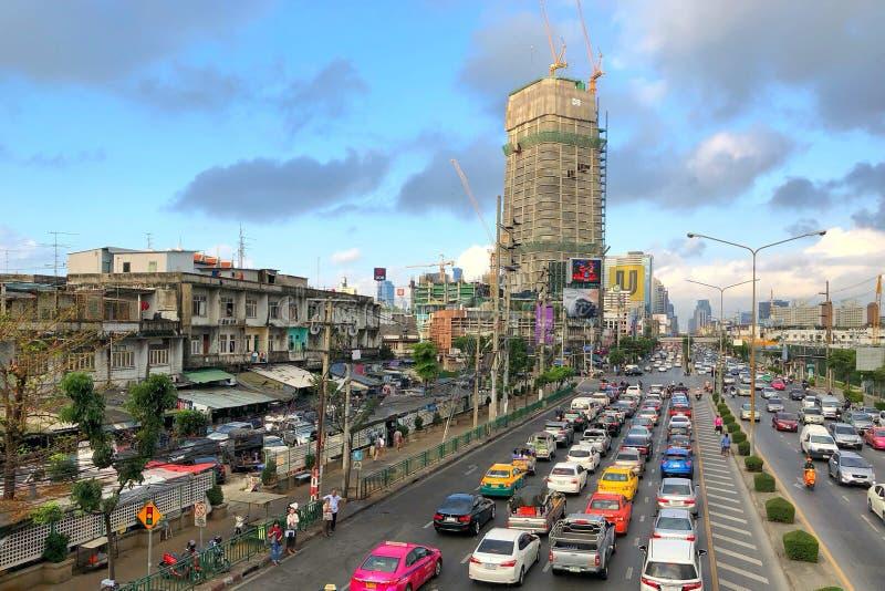 Embouteillage et occupé dans les heures de pointe sur la route à la jonction de Klongtoey images libres de droits