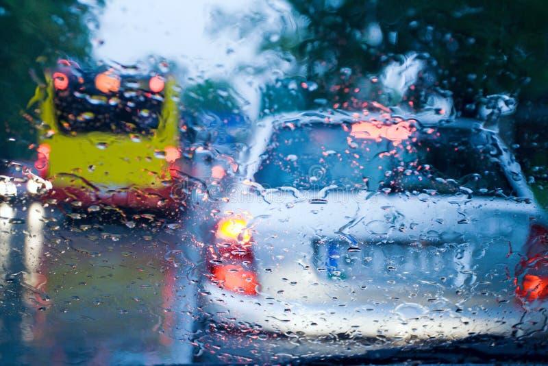 Embouteillage pendant le jour orageux images libres de droits