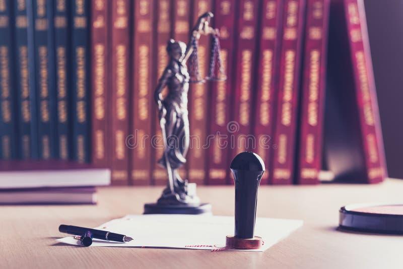Emboutissez qui est employé par un notaire avec son stylo photo stock