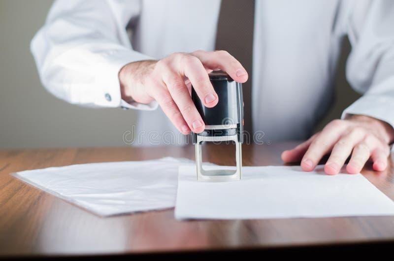 Emboutissez un joint sur la table photos stock