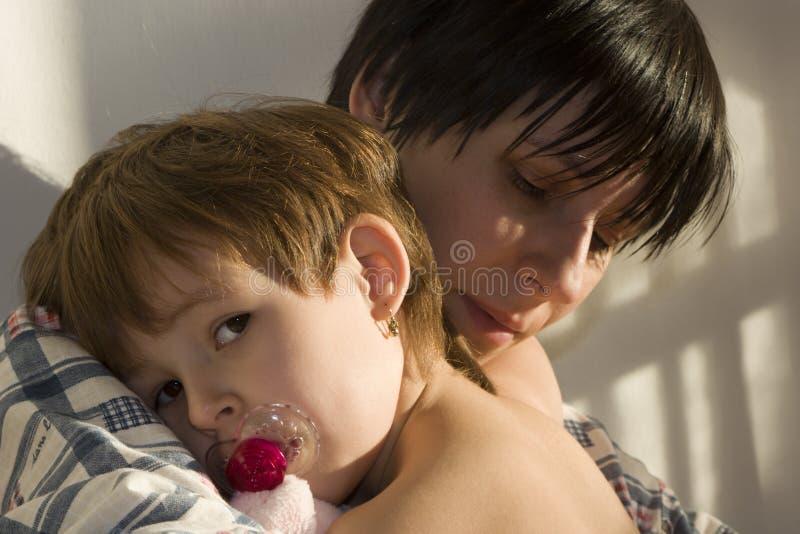 Embracement da criança e do mater imagens de stock royalty free