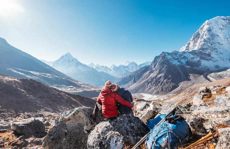 Embracing Couple op de Everest Base Camp-reisroute nabij Dughla 4620m Backpackers left Backpacks en trekpolen en royalty-vrije stock afbeeldingen