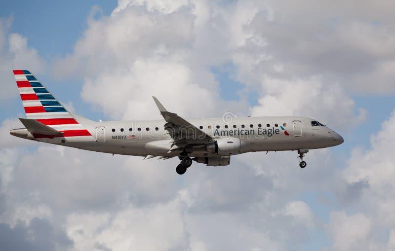 Embraer 175 di atterraggio di Eagle Airlines dell'americano a Miami immagine stock