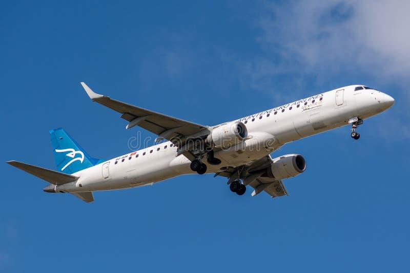 Embraer ERJ-195LR работал посадкой авиакомпаний Черногории стоковые фотографии rf
