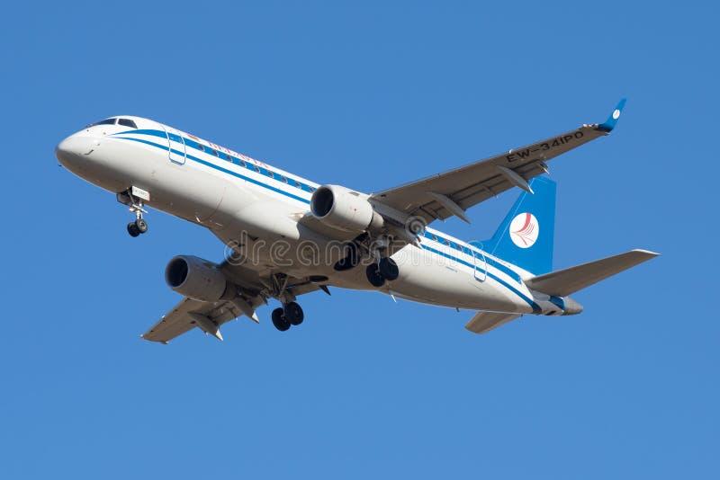 Embraer ERJ-175LR (EW-341PO) du plan rapproché de Belavia de société en vol photographie stock libre de droits