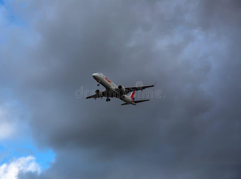 Embraer listo para aterrizar foto de archivo libre de regalías