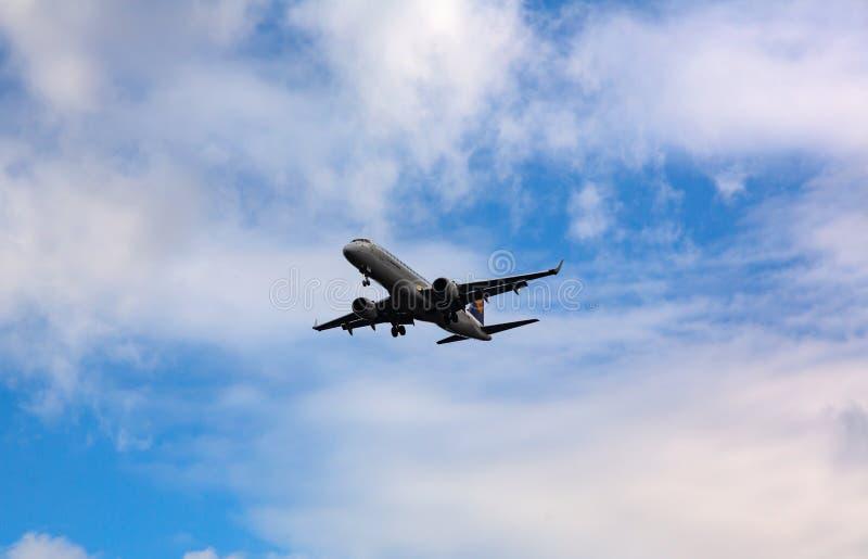 Embraer vuela en el cielo foto de archivo libre de regalías