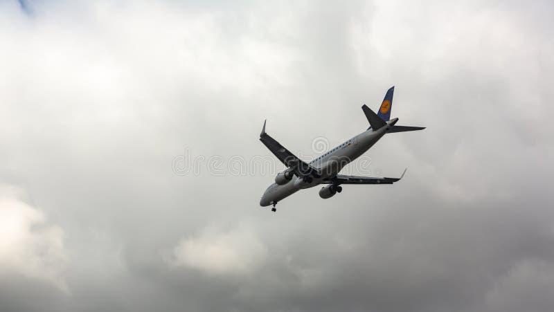 Embraer vuela en el cielo imagen de archivo libre de regalías