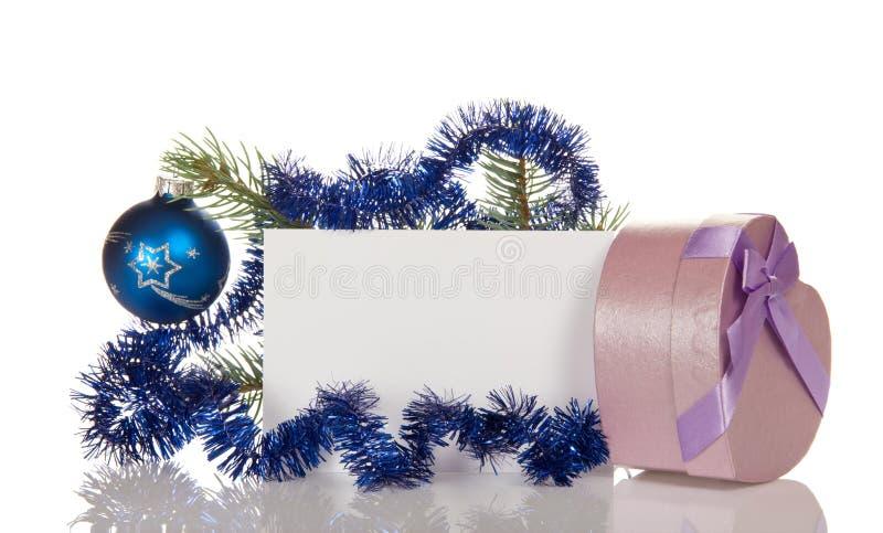 Embranchez-vous avec la boule de Noël et le boîte-cadeau de tresse dans la forme du coeur images stock