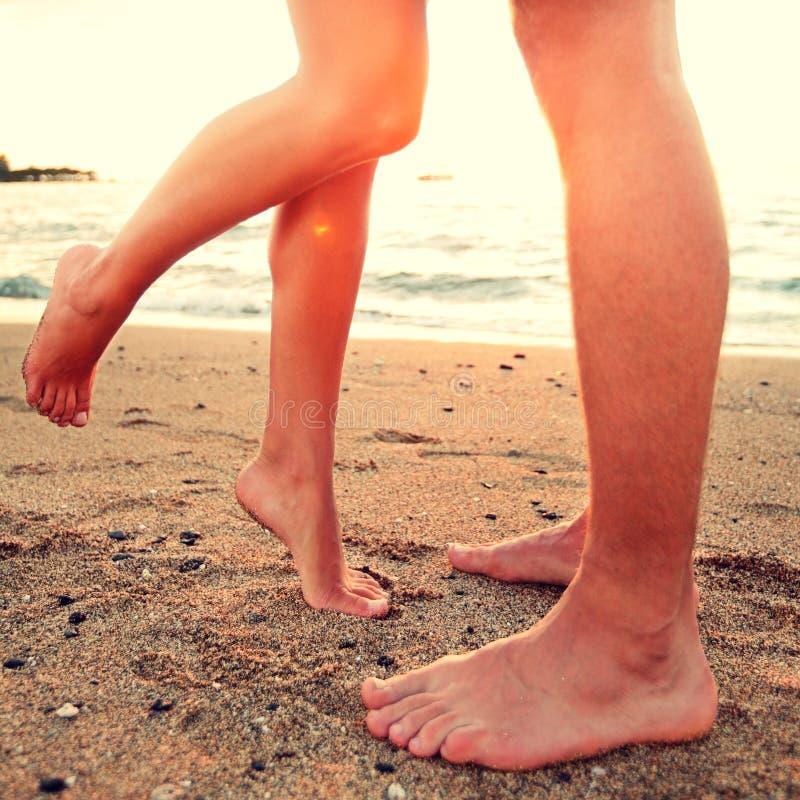 Embrassant des amants - les couples sur la plage aiment le concept photographie stock libre de droits