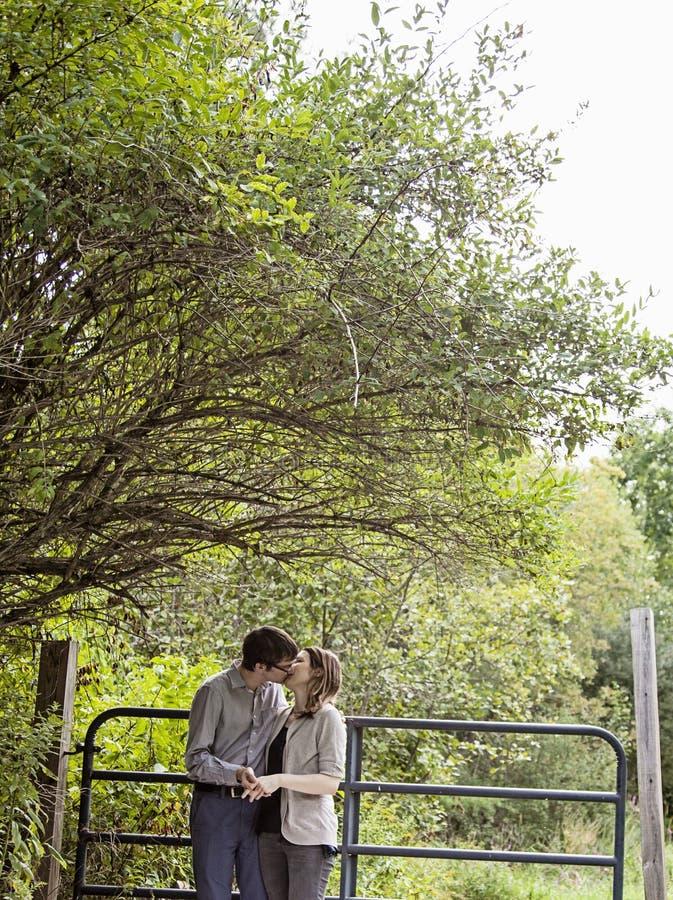 Embrassant des couples à l'extérieur images stock