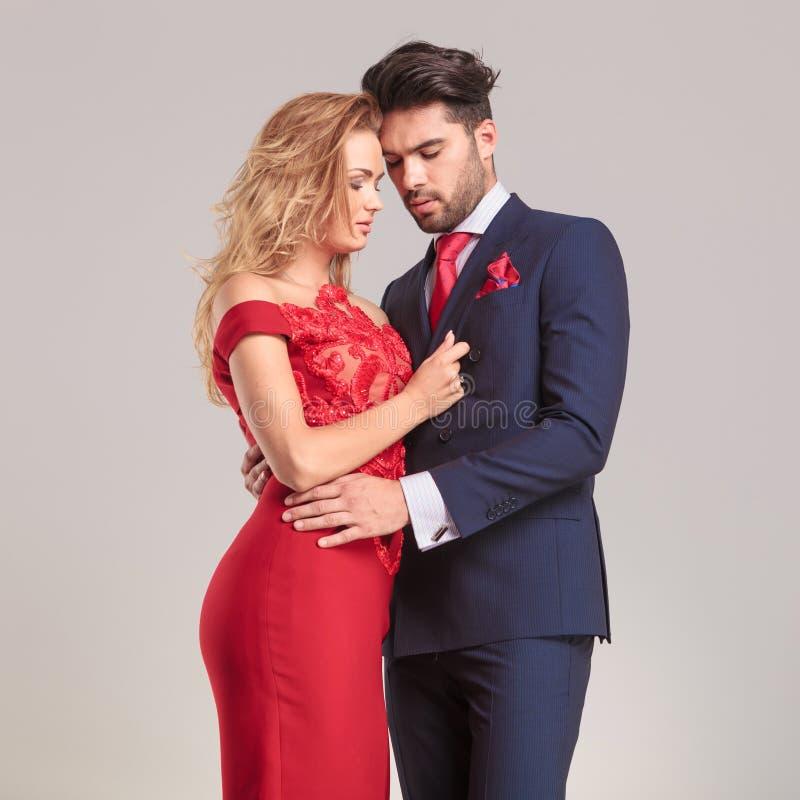 Embrassement élégant de couples de mode image libre de droits