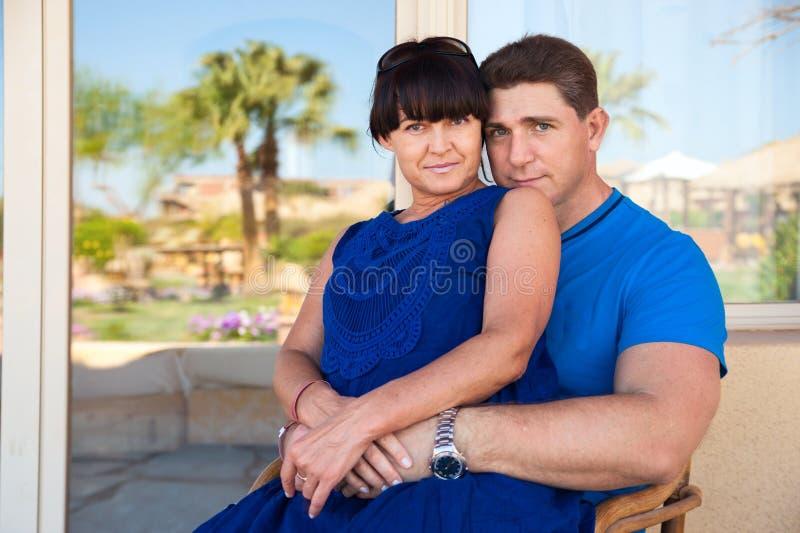 Embrassement affectueux de couples image libre de droits