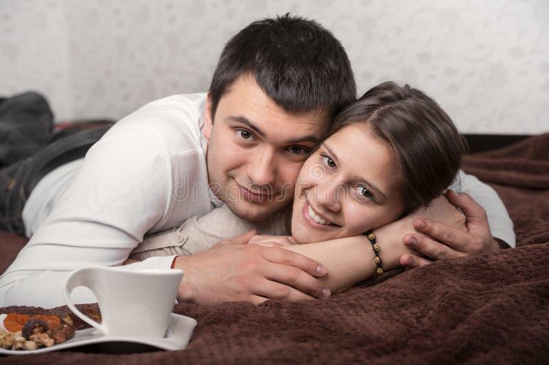 Embrassement affectueux de couples images stock