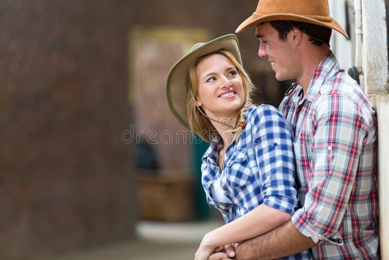 Embrassement de couples de ferme photographie stock libre de droits