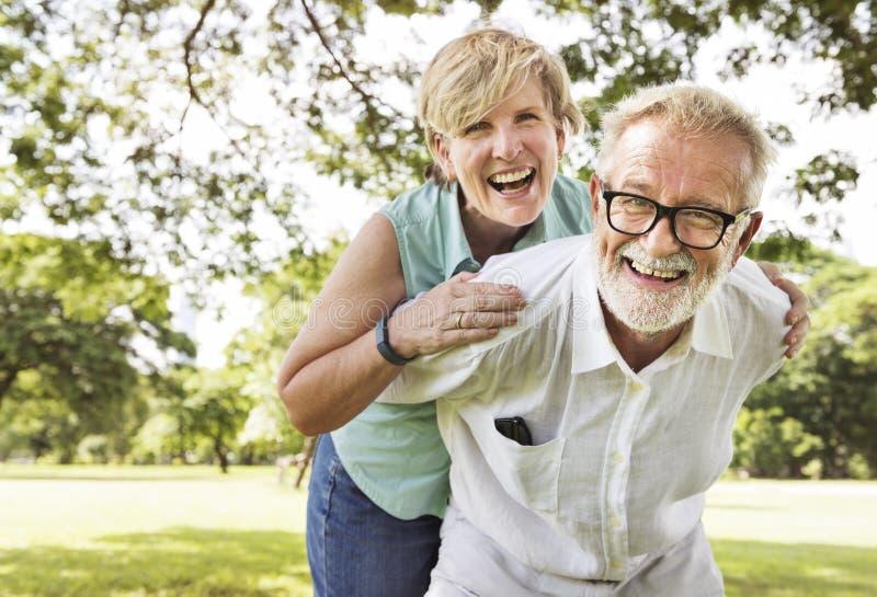 Embrassement de transport de liaison de couples étreignant le concept images stock