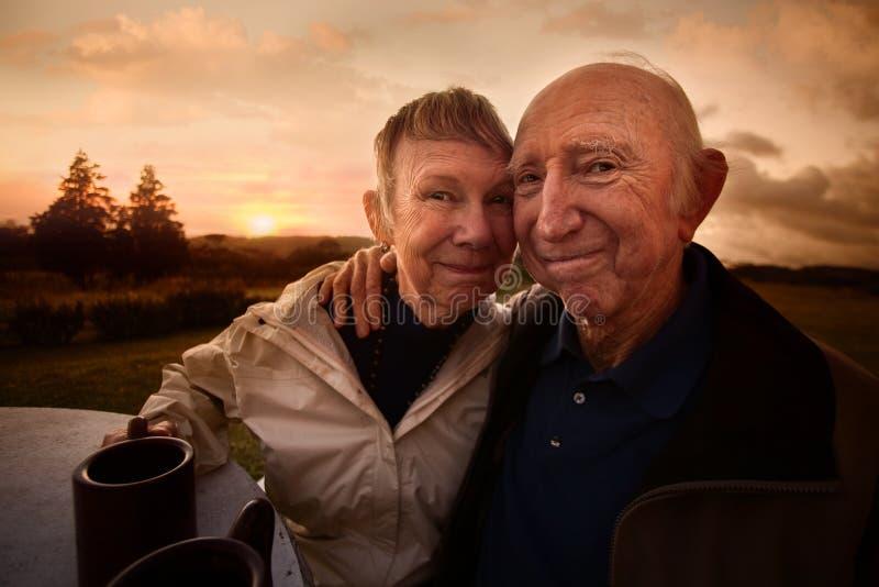 Embrassement des couples photo libre de droits