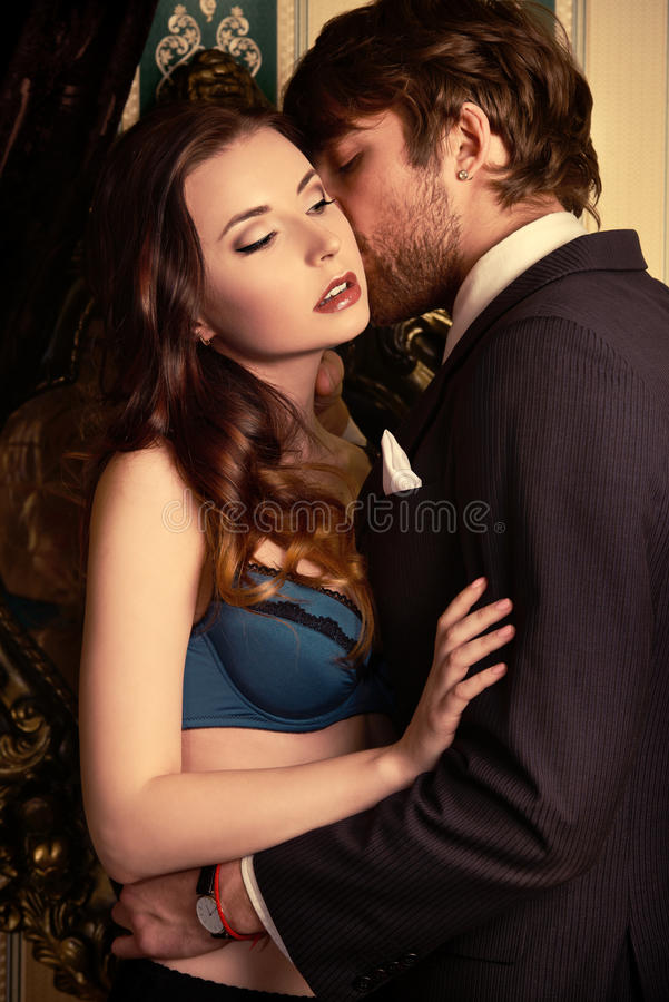 Embrassement des couples image libre de droits