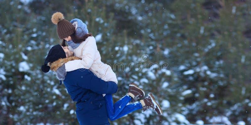 Embrassement des couples heureux dans l'horaire d'hiver images stock