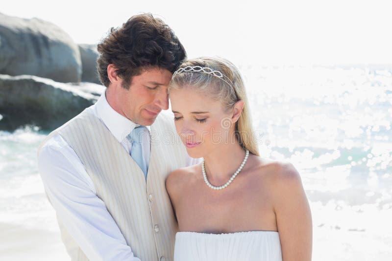 Embrassement paisible de jeunes mariés photos stock
