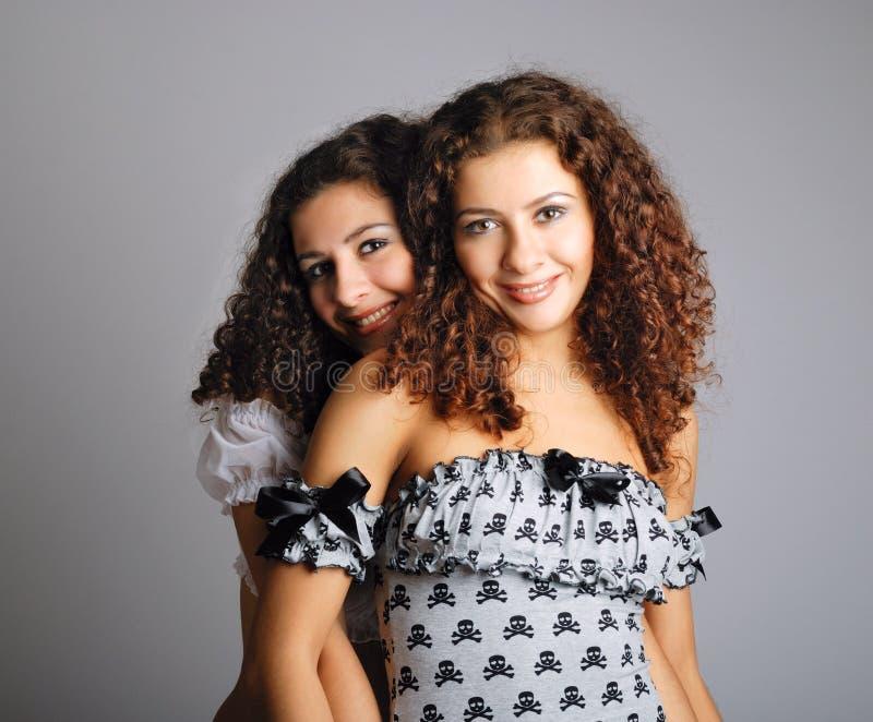 Embrassement sexy de jumeaux photographie stock libre de droits