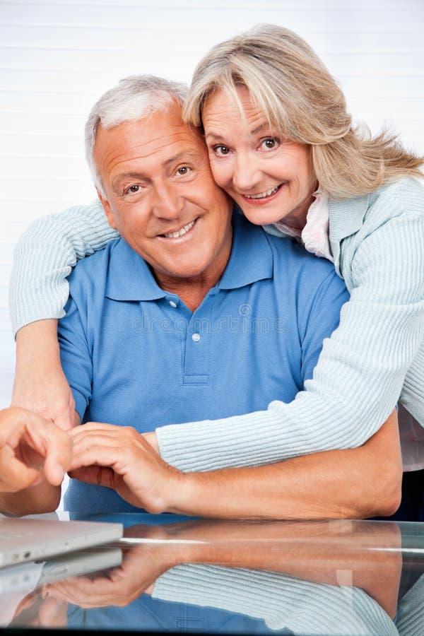 Embrassement supérieur de couples images libres de droits