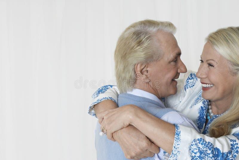 Embrassement supérieur heureux de couples photos stock
