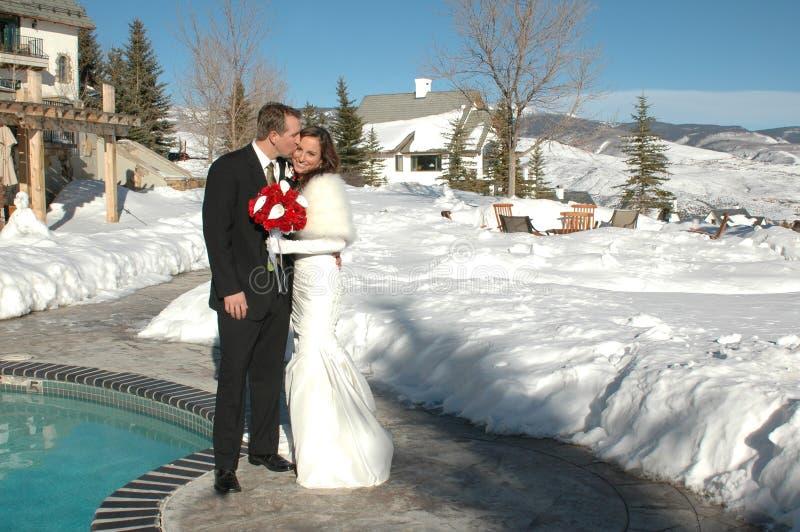 Embrassez la mariée photographie stock libre de droits