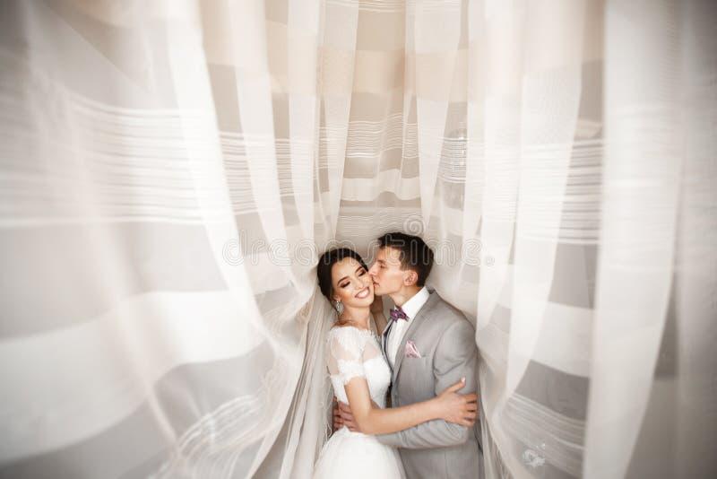 Embrassez les jeunes couples le jour du mariage photo stock