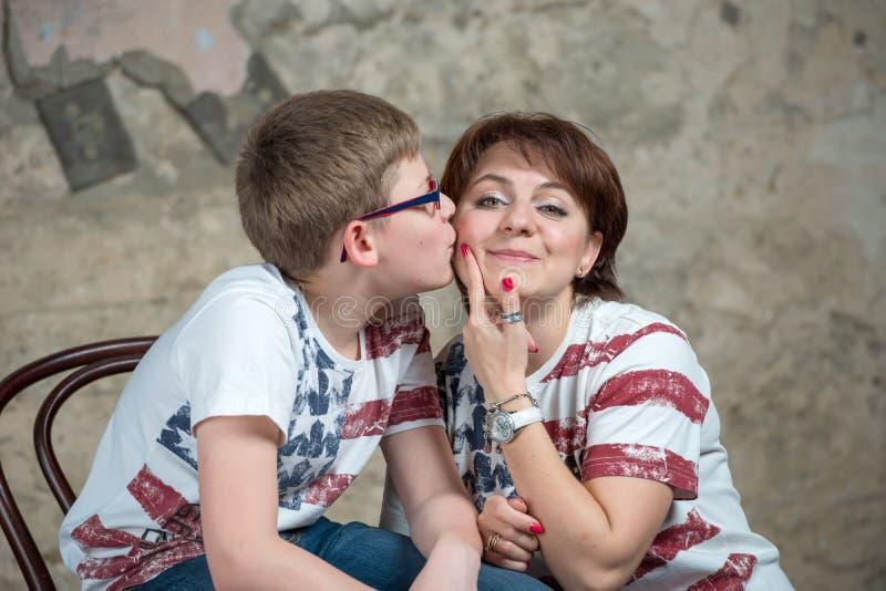 Download Embrassez Ma Mère Sur La Joue Photo stock - Image du regarder, heureux: 56478994