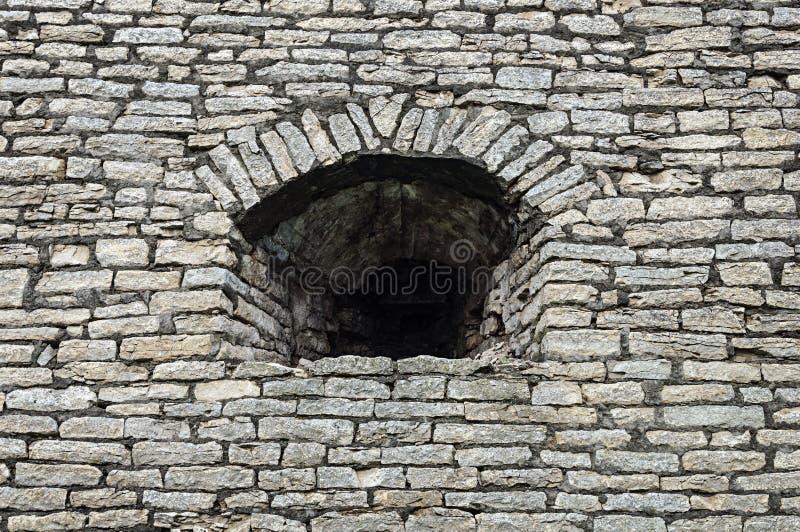 Embrasure in der alten Steinwand stockfoto
