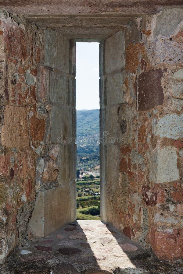 Embrasure in der Wand der Festung lizenzfreie stockfotografie