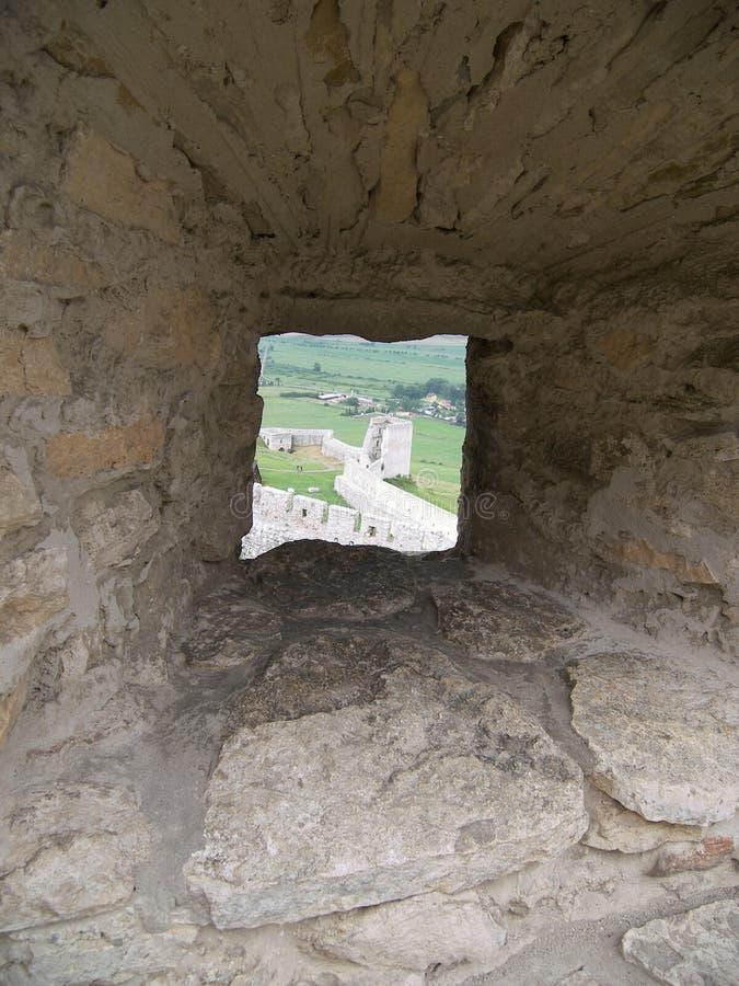 Embrasure in einer Schlosswand stockfotografie