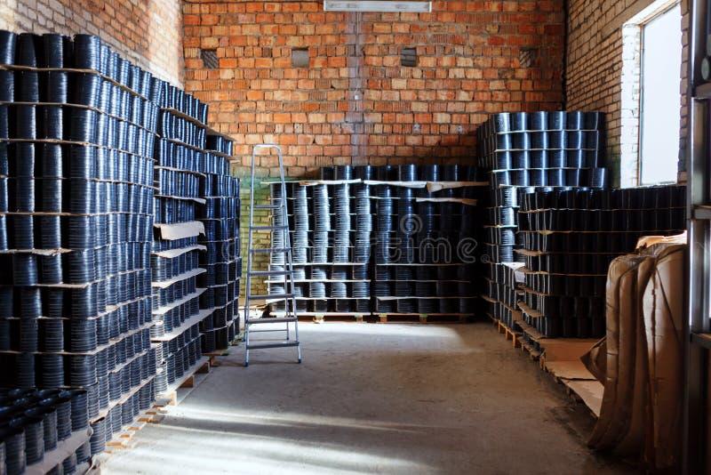 Embrayage de cortex Ajustement pour les tuyaux en plastique empilés dans mettre d'aplomb d'une utilisation de yard d'entrepôt ou  images stock
