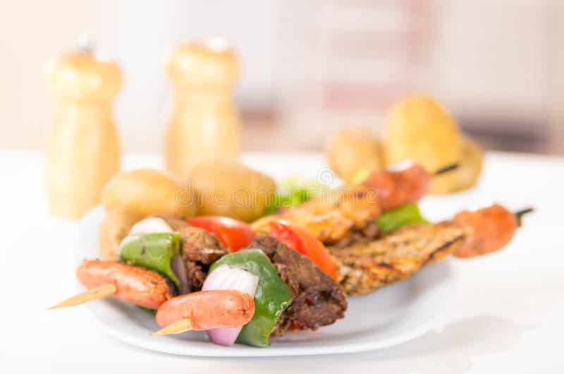 Embroche le poulet de viande grillé par bâtons de chiche-kebab photo libre de droits