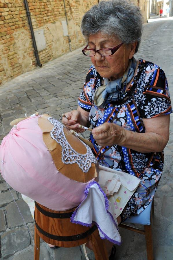 Embroiderer με τα καλώδια τεχνών στην πόλη Offida σε κεντρικό αυτό στοκ φωτογραφία με δικαίωμα ελεύθερης χρήσης