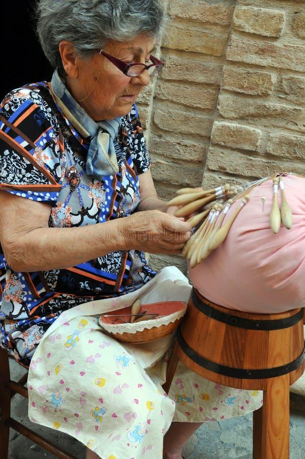 Embroiderer com fios do ofício na cidade de Offida na central ele imagens de stock