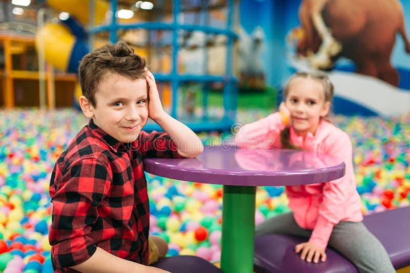 Embroma el ocio, niños en centro de entretenimiento foto de archivo