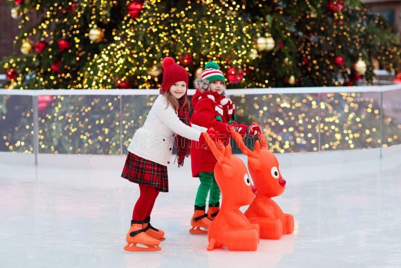 Embroma el patinaje de hielo en invierno Patines de hielo para el niño fotos de archivo libres de regalías