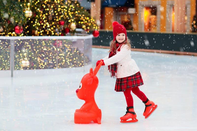 Embroma el patinaje de hielo en invierno Patines de hielo para el niño imagen de archivo