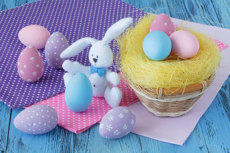 Embroma la escena de pascua con los huevos coloreados imagen de archivo