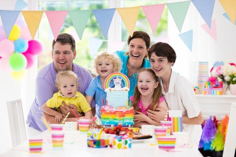 Embroma la fiesta de cumpleaños Celebración de familia con la torta fotografía de archivo