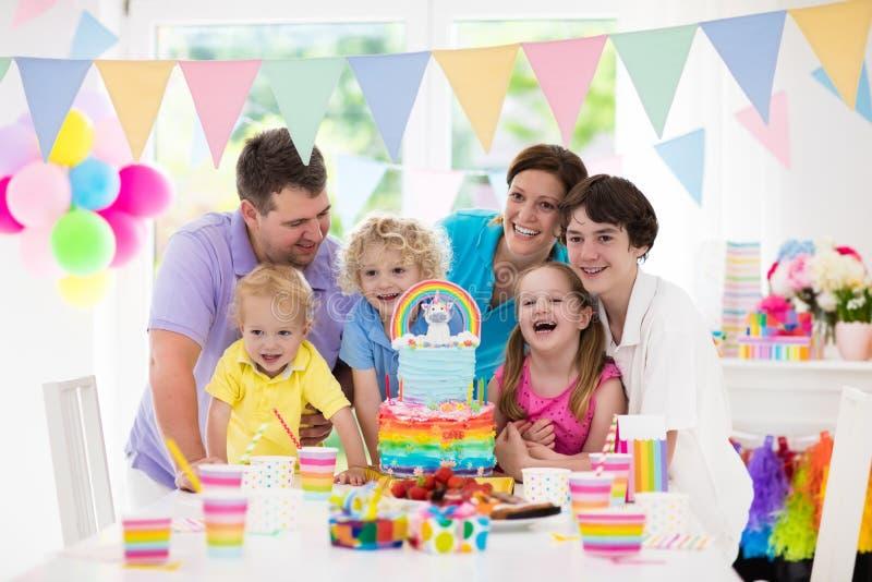 Embroma la fiesta de cumpleaños Celebración de familia con la torta imagen de archivo