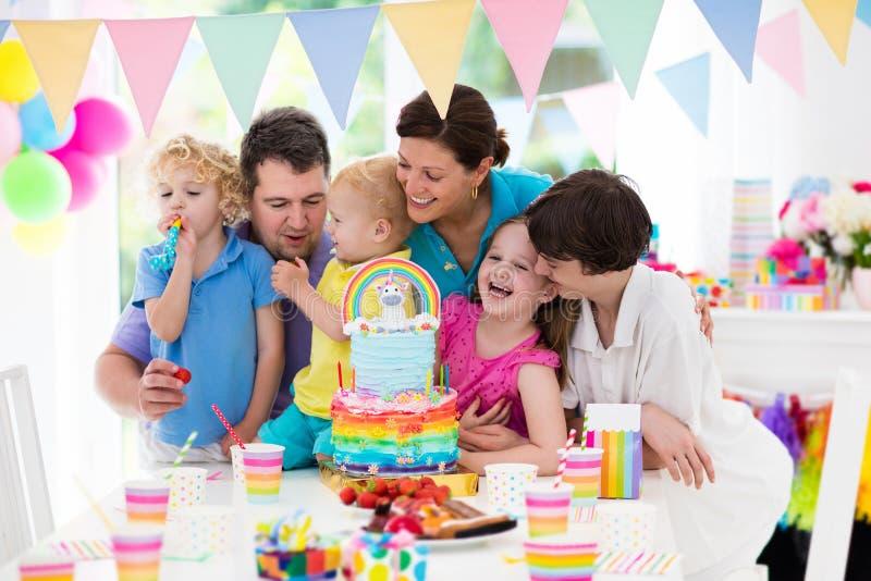 Embroma la fiesta de cumpleaños Celebración de familia con la torta fotografía de archivo libre de regalías