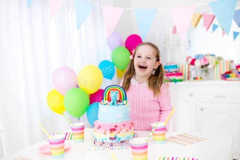 Embroma la fiesta de cumpleaños con la torta foto de archivo