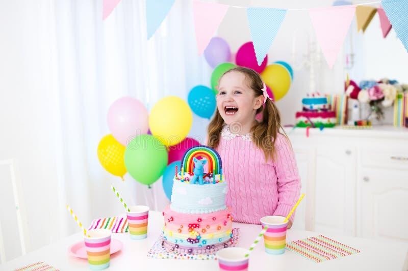 Embroma la fiesta de cumpleaños con la torta imagen de archivo libre de regalías