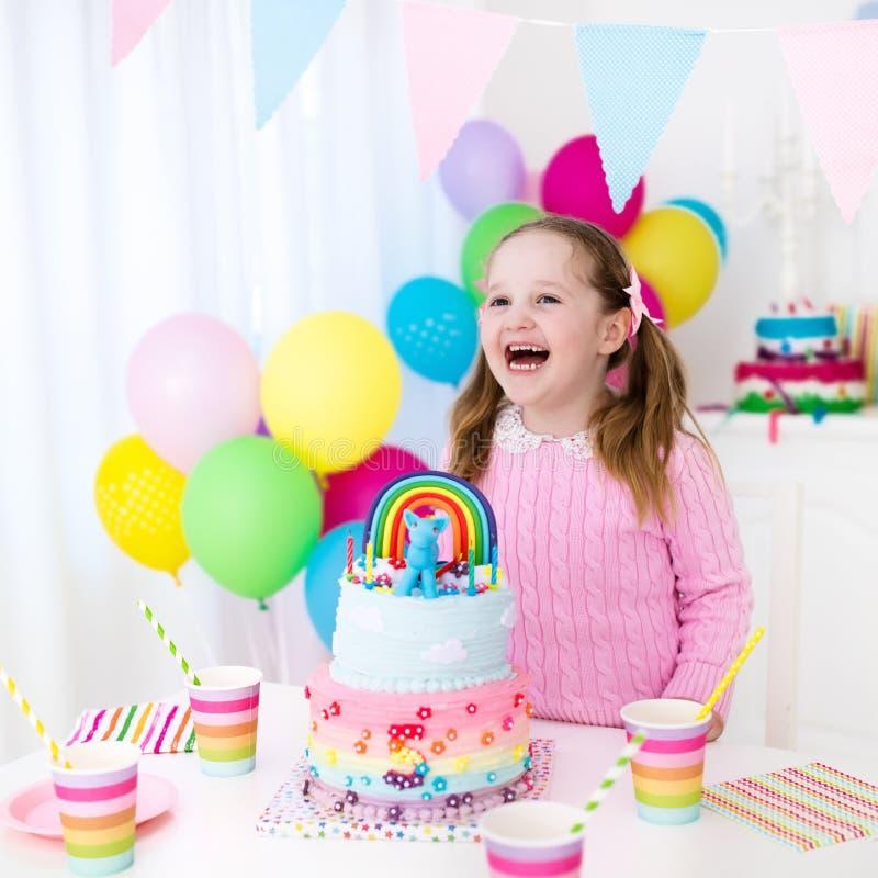 Embroma la fiesta de cumpleaños con la torta imagen de archivo