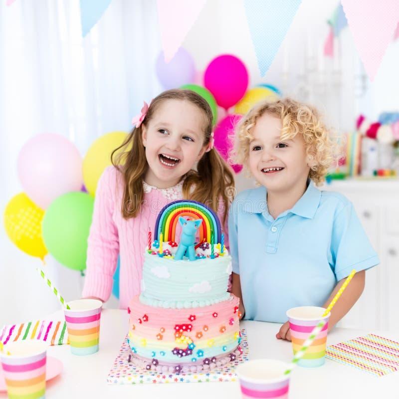 Embroma la fiesta de cumpleaños con la torta fotos de archivo libres de regalías