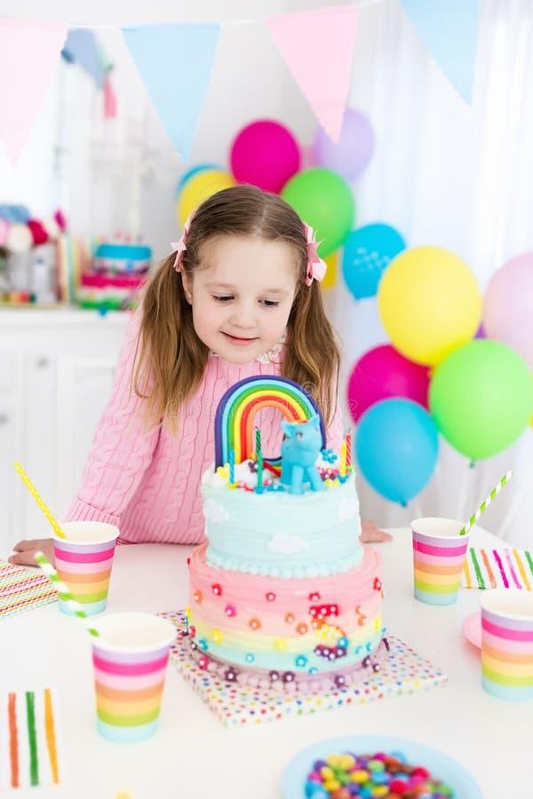 Embroma la fiesta de cumpleaños con la torta imagenes de archivo